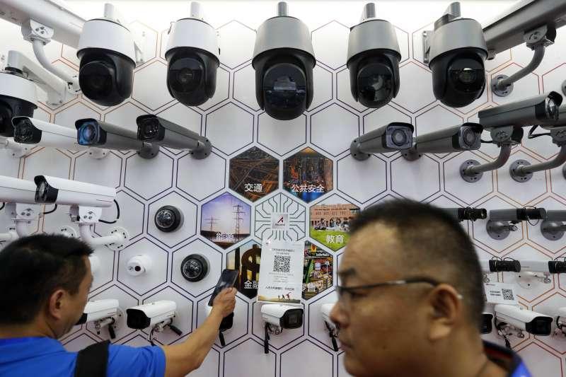 2021年全球估計將有超過10億支監控攝影機,五成以上設於中國。圖為民眾參加中國深圳公共安全展。(AP)