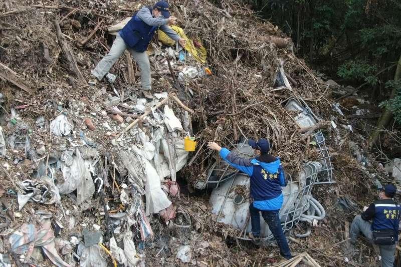 廢棄物若不經善加處理,很可能造成難以挽回的環境汙染,國內食品大廠卜蜂公司也因不當處置淤泥而召開記者會道歉 。(資料照,新北市環保局提供)