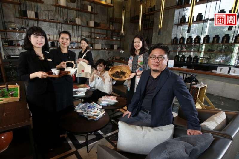 承億文旅董事長戴俊郎(右1)將飯店結合在地文化,像嘉義有高山茶都之稱,在地旅店便以茶文化做為設計概念。 (攝影者.駱裕隆)