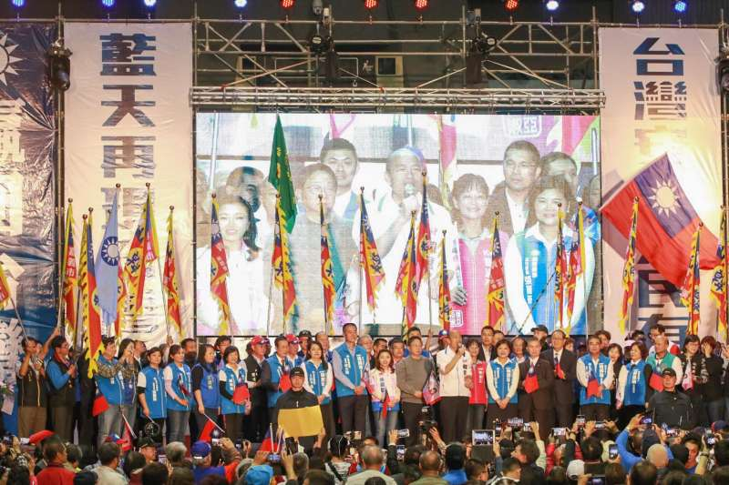 國民黨總統候選人韓國瑜14日前往雲林斗六出席雲林聯合競選總部成立大會,也為立委候選人催票,雲林鄉親擠滿會場內外,不斷高喊「凍蒜」。(取自謝淑亞臉書)