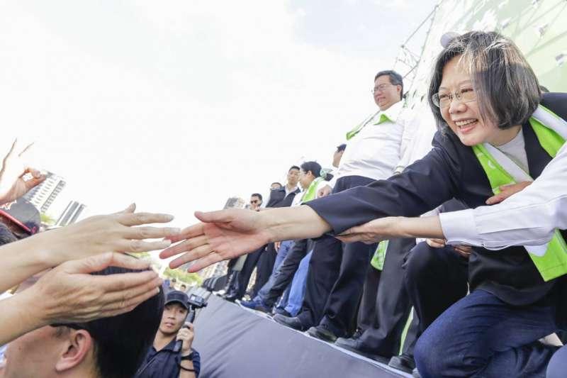 總統蔡英文14日上午赴桃園出席「LOVE TAIWAN!總統為選手打氣、全民為台灣加油」健走活動。(蔡英文連任競選辦公室提供)
