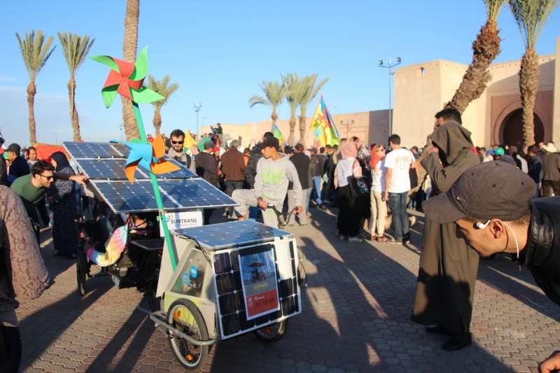 摩洛哥致力於再生能源發展與應用,圖為簡易的行動太陽能發電站。(John Englart@flickr)