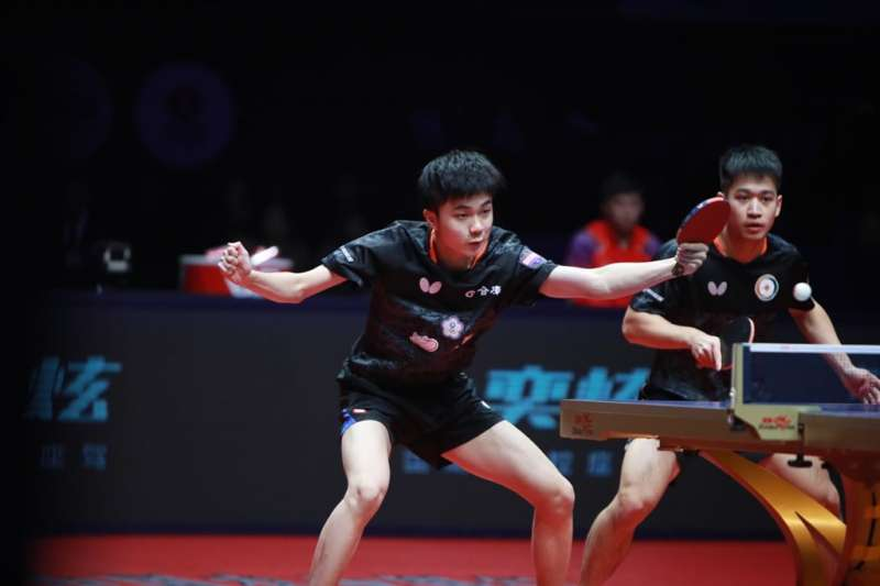 林昀儒與廖振珽在2019年桌球年終賽男雙,不敵世界第三的中國組合樊振東與許昕,獲得銀牌,仍寫下隊史年終賽男雙最佳戰績。(圖片取自國際桌總官網)