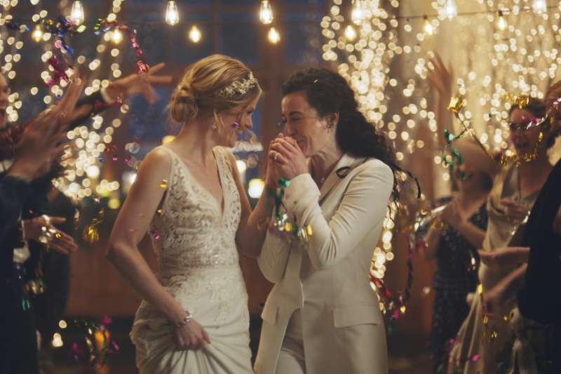 美國婚禮劃網站「Zola」的女同志婚禮廣告(AP)