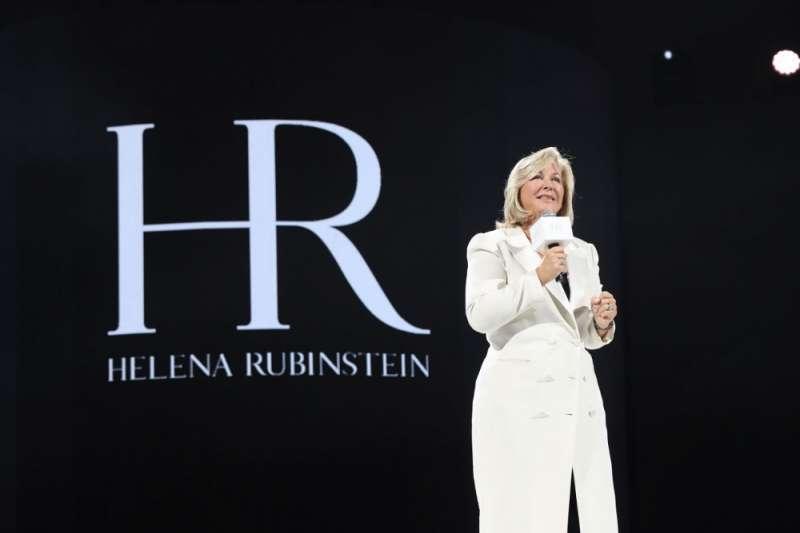 12月7日,HR全球品牌總裁Elisabeth Sandager在全球代言人官宣之夜上,介紹品牌下一步在華發展計畫。(新華社)