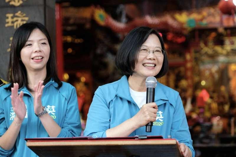 總統蔡英文(右)15日已是連續第4個周末與無黨籍立委參選人洪慈庸(左)同台。(蔡英文競辦提供)