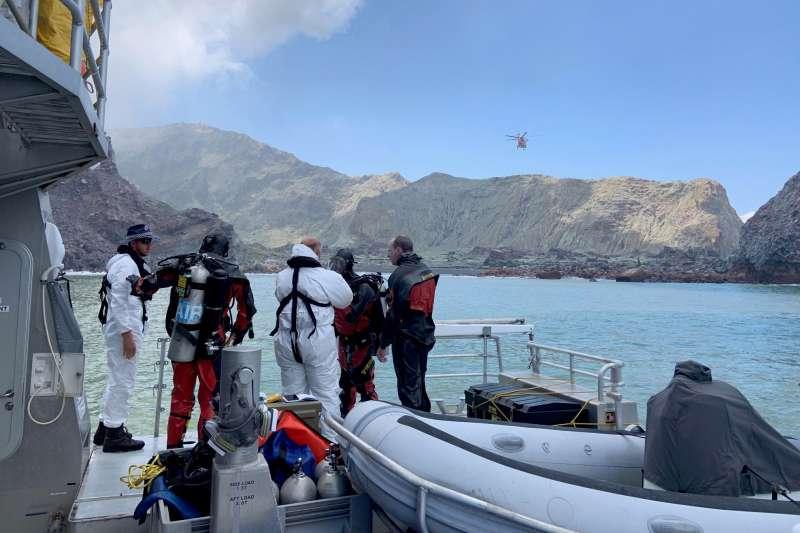 2019年12月,紐西蘭觀光勝地「白島」突然火山爆發,當局搜尋罹難者遺體(AP)