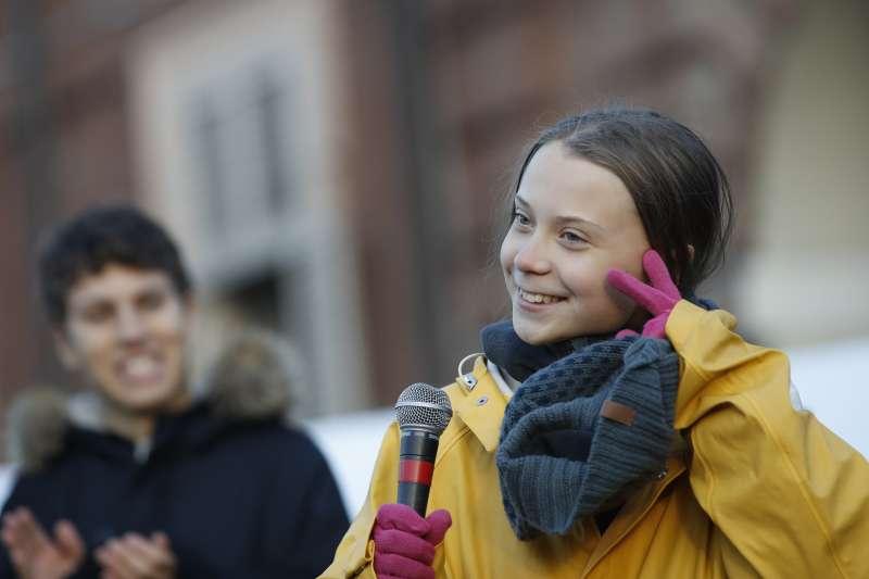 瑞典「氣候少女」通貝里13日在義大利杜林演說,因瑞典語和英語片語意思不同而引發爭議(AP)