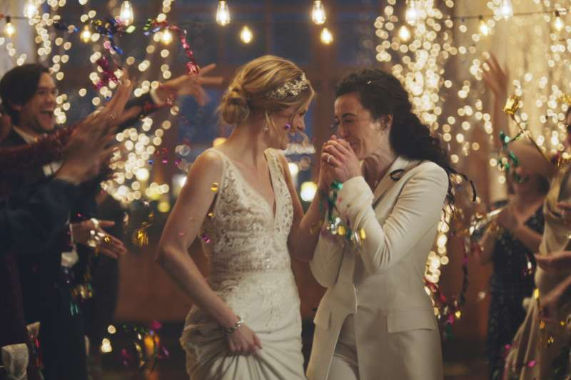 結婚策劃網站「Zola」廣告因有女同志結婚內容遭美國保守派團體施壓電視頻道下架。(AP)