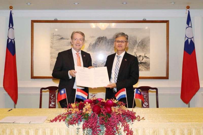 我國外交部主任秘書李光章(右)見證荷蘭駐台灣代表紀維德簽署度假打工備忘錄(外交部提供)