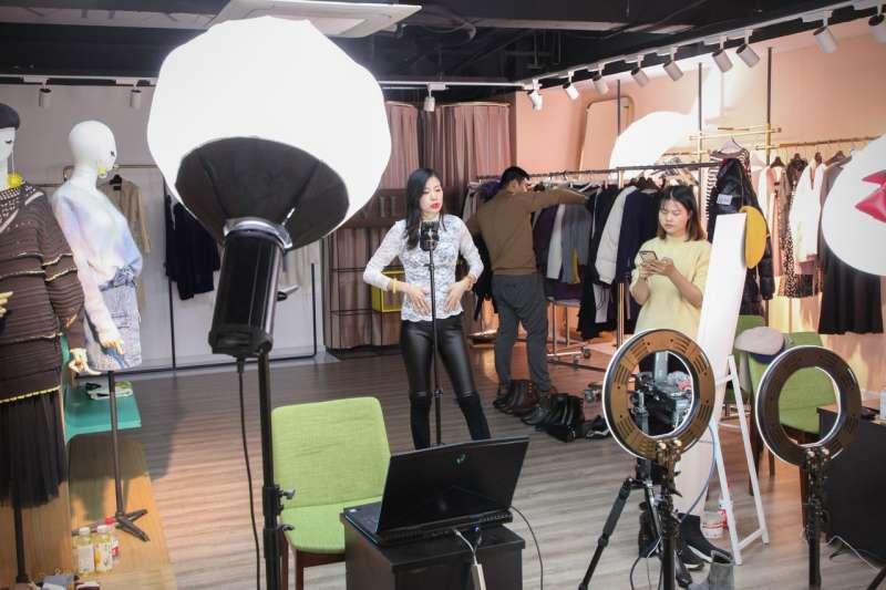 網紅王溪梓在一個服裝公司的展示廳做直播。像她一樣的網紅去年在中國賣掉了價值40億美元的商品。 圖片來源:RAFFAELE HUANG/THE WALL STREET JOURNAL