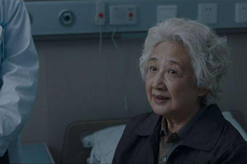 電影《別告訴她》取材自導演王子逸親身經歷,講述華人傳統家庭在面對只剩數月壽命的奶奶時,決定向她隱瞞病情的「善意謊言」(圖/IMDB)
