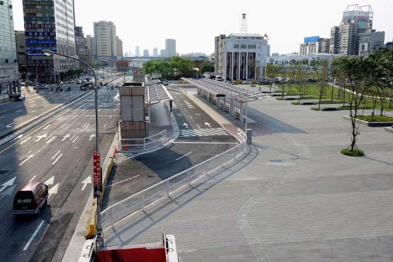 門口有公車、捷運站好方便!三大缺點看完還敢住大馬路旁?(圖/維基百科)