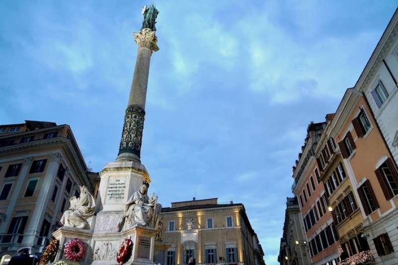 羅馬西班牙廣場前之石柱聖母瑪利亞雕像(曾廣儀攝)