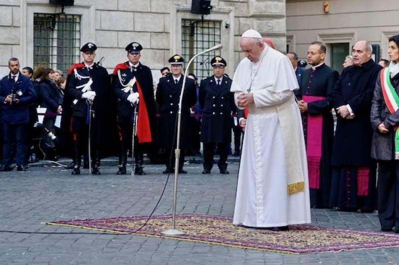 羅馬市長參加教宗在西班牙廣場的聖母無染原罪瞻禮日祈禱(曾廣儀攝)