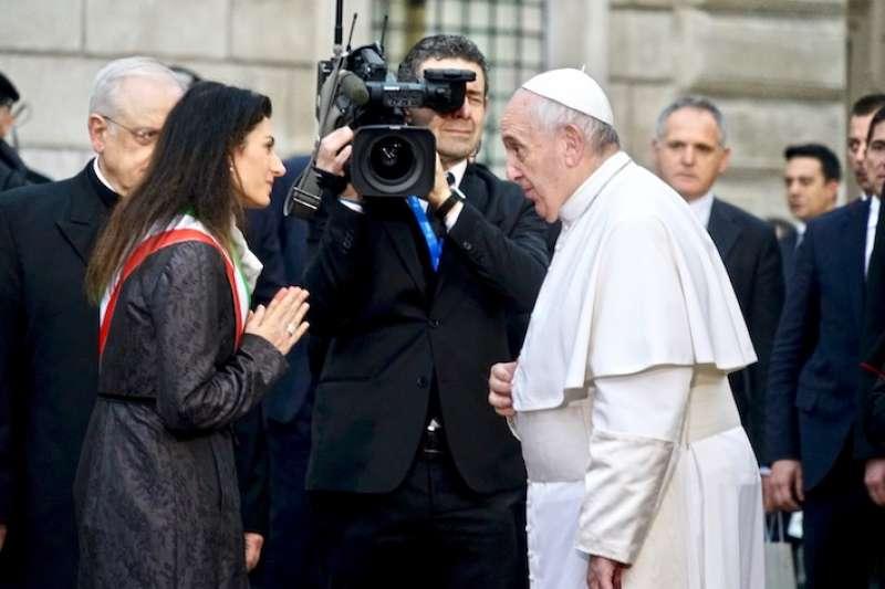 教宗與羅馬市長握手寒暄(曾廣儀攝)