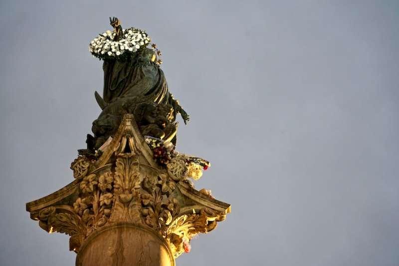 羅馬西班牙廣場前的聖母雕像(曾廣儀攝)