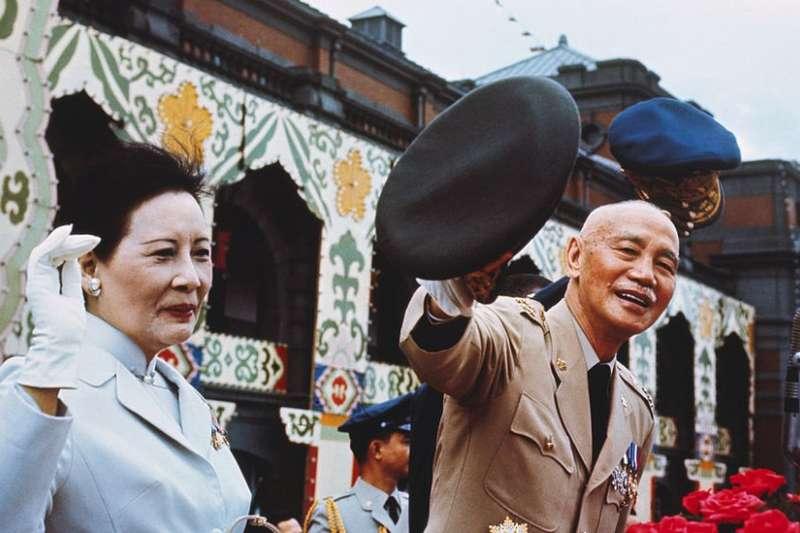 1970年蔣介石與宋美齡在台北國慶節閲兵。「外省人」由蔣帶到台灣,大多在政治上支持國民黨。(BBC中文網)