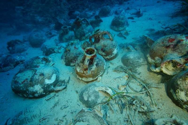 希臘凱法利尼亞島發現古羅馬時期貨船,由於打撈作業困難,學者試圖解析載運貨物的陶瓶,藉此展開古羅馬貿易研究。(圖截自推特)