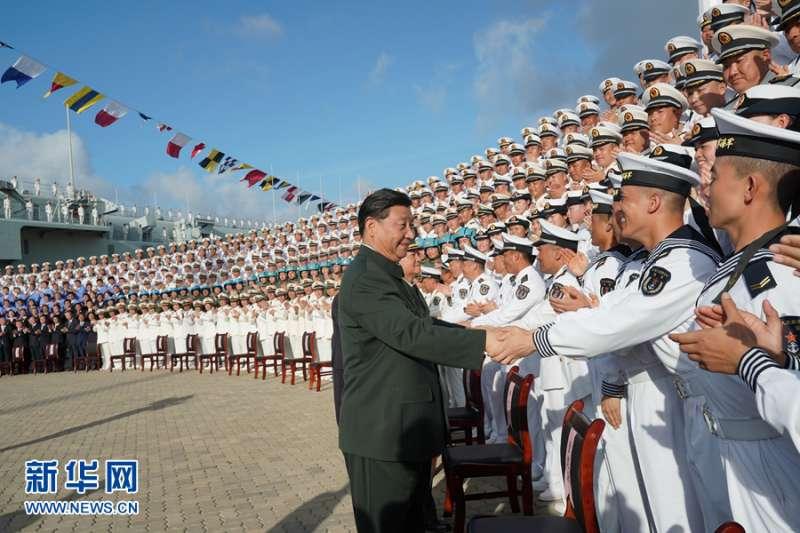 2019年12月17日,中國第一艘國產航空母艦山東艦在海南三亞軍港交付海軍。中共中央總書記、國家主席、中央軍委主席習近平出席交接入列儀式並登艦視察(新華社)