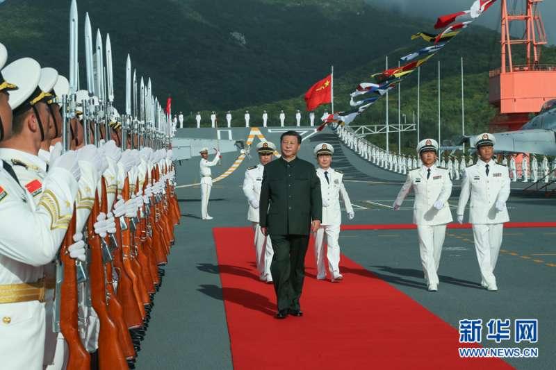圖為中國第一艘國產航空母艦山東艦在海南三亞軍港交付海軍。中國國家主席習近平出席交接入列儀式並登艦視察(新華社)