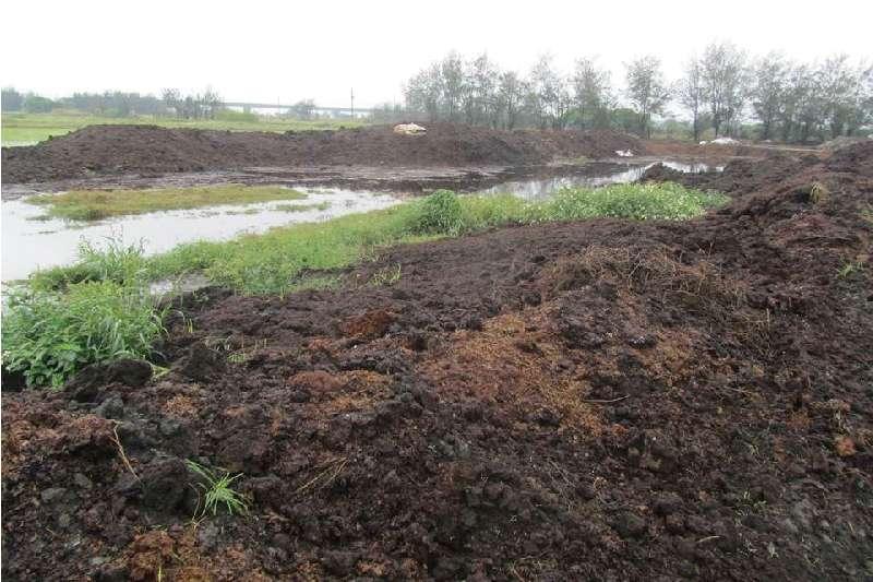 20191217欣農好肥料公司隨意棄置食品加工污泥,以及將污泥用挖土機挖入側溝,抽取地下水將之沖入河川內。(圖片取自彰化地檢署)