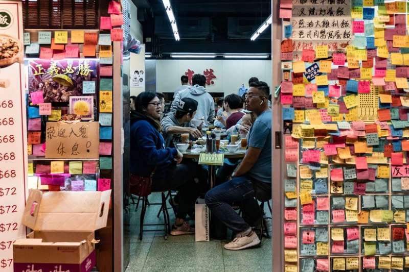 許多香港食肆門外設置「連儂牆」。(BBC中文網)
