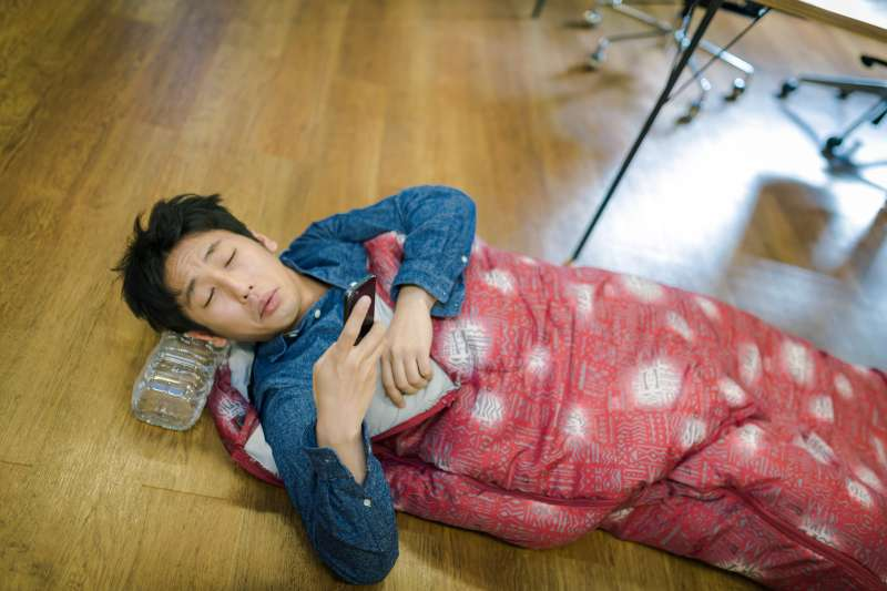 不正確的錯誤迷思可能讓你越睡越累,甚至因為失眠而導致嚴重的健康問題。(示意圖非本人/すしぱく@pakutaso)
