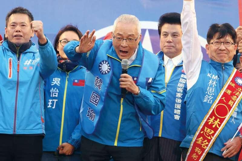 國民黨主席吳敦義(中)17日在韓國瑜全國勞工後援總會成立大會上,批評蔡總統「衰尾查某」,引發爭議。(資料照,柯承惠攝)