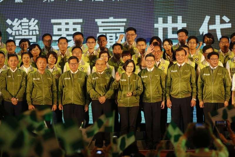 總統蔡英文(中)全台拚場,為同黨立委候選人造勢,爭取國會過半。(郭晉瑋攝)