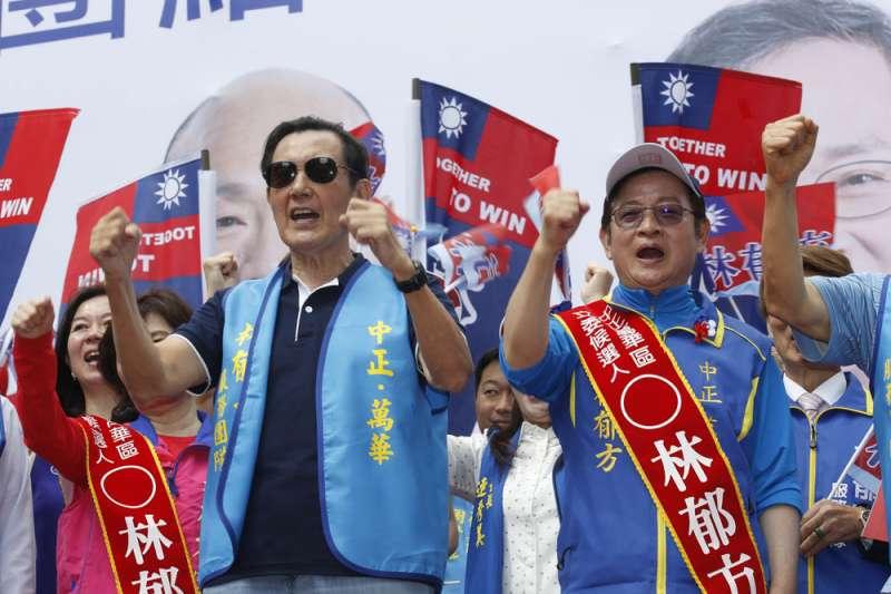 林郁方(右)所在的中正、萬華區,屬於10個優先求勝的膠著選區之一。(郭晉瑋攝)