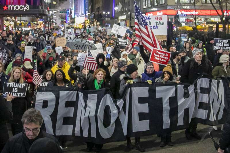 2019年12月17日,世紀彈劾表決前夕登場的反川普示威。(AP)