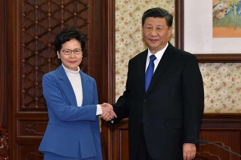 中國與香港特區政府一同慶祝《基本法》頒布30周年。圖為中國國家主席習近平與香港特別行政區行政長官林鄭月娥。(資料照,美聯社)