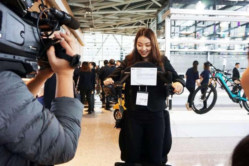 第28屆台灣精品獎頒獎典禮現場體驗EVO Altus站立功能
