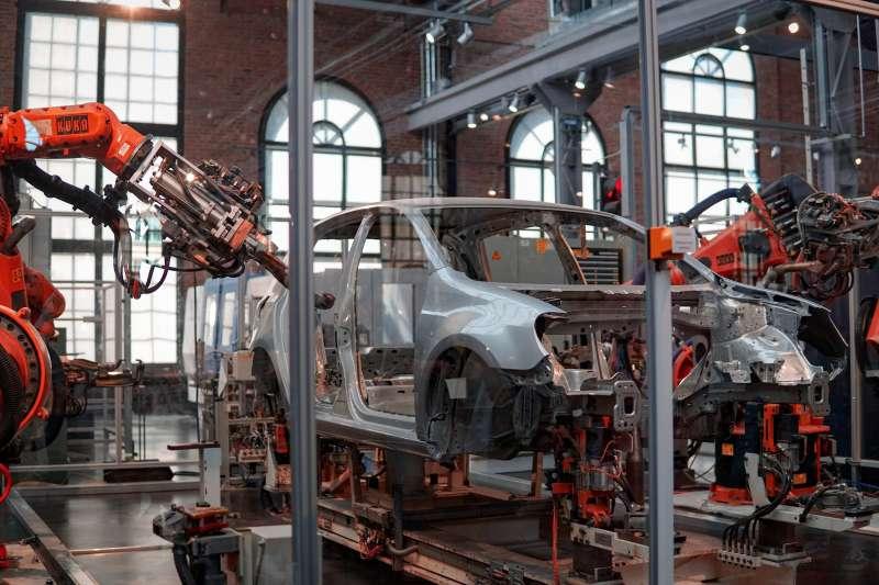 製造業自動化之下,美國新增的製造業職位也需要更高學歷或技術人才,以便操作或管理機械。(Lenny Kuhne@Unsplash)