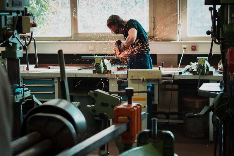 如果要猜哪一種職業較可能因為職災死亡,很多人也許腦海中會浮現建築業、製造業等答案。(Maxime Agnell@Unsplash)