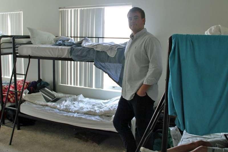 睡了三個月衣櫃後,有人離開,他終於有一張上下鋪的床位。(圖/BBC News)