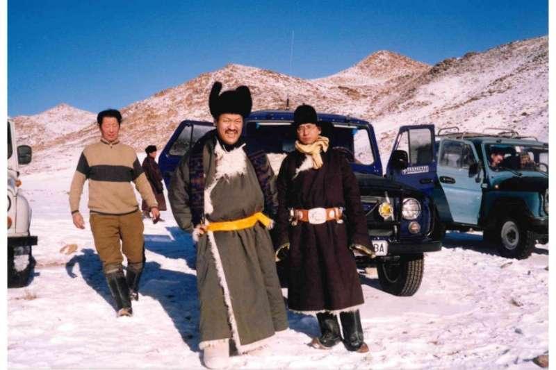 左邊穿毛衣者尼瑪蘇倫先生,中間筆者下山後留影。(作者海中雄提供)
