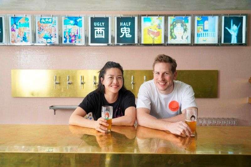 位於五股的精釀酒廠兼酒吧「酉鬼啤酒 Ugly Half」兩位分別來自紐西蘭和美國的創辦人Max 和 Harn(圖/Hahow好學校)