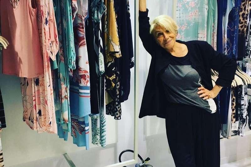住在巴西聖保羅的夏歌爾兩年多前決定結束退休生活、開展新事業:為高齡女子設計性感內衣褲,而且由她本人擔任模特兒。(圖/Helena Schargel官方IG)