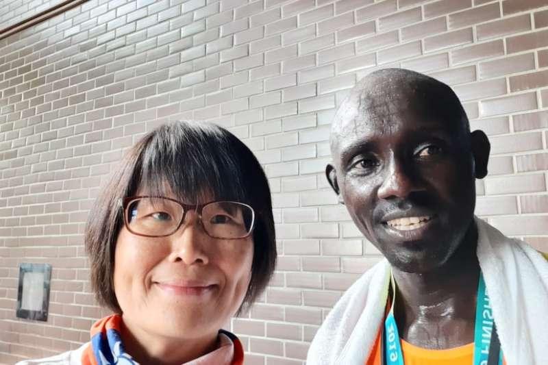 完賽的肯亞選手Tarus與我(圖/謝幸吟提供)
