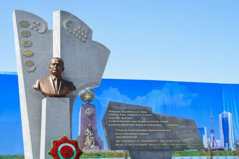 中亞國家烏茲別克前獨裁者卡里莫夫(Islam Karimov)的雕像(Wikipedia / Public Domain)