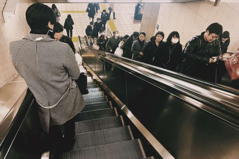 東京地下鐵的手扶梯,大家自然而然空出一邊。(圖/作者|想想論壇提供)