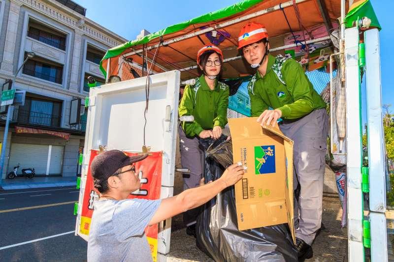 在汙穢的環境底下,做著最髒的工作,這是我們最辛苦的環保清潔隊員。(圖/環保署提供)