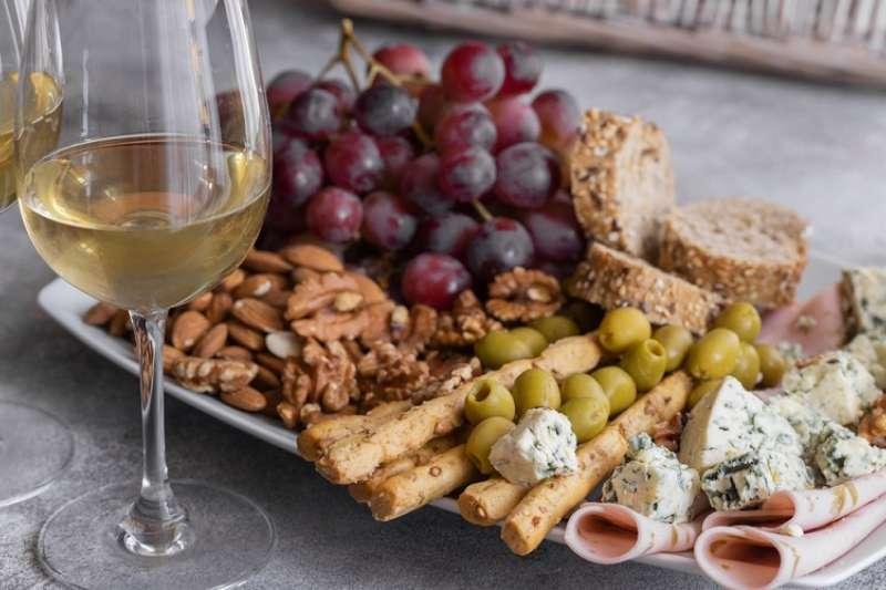 在喝酒前吃對食物,能減緩酒精造成的一些不良影響。(圖/Hello醫師)