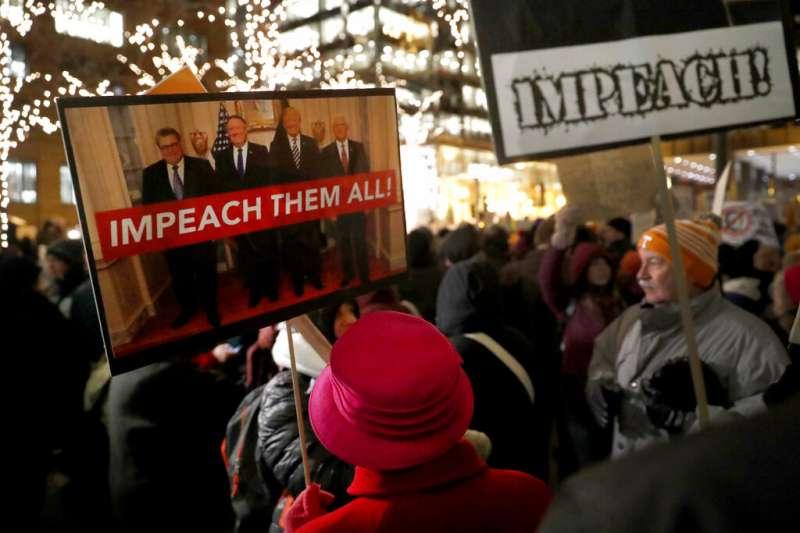 支持彈劾川普的美國民眾在街頭示威。(美聯社)