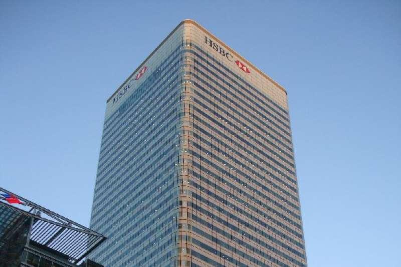 滙豐集團(HSBC)總資產高達2兆5千億美元,為排名歐洲第一、全球第七大銀行,卻在短短兩個月內提出兩次裁員計劃,顯示其營運壓力。圖為滙豐集團及英國滙豐的總部倫敦滙豐大廈。(資料照,取自維基百科)