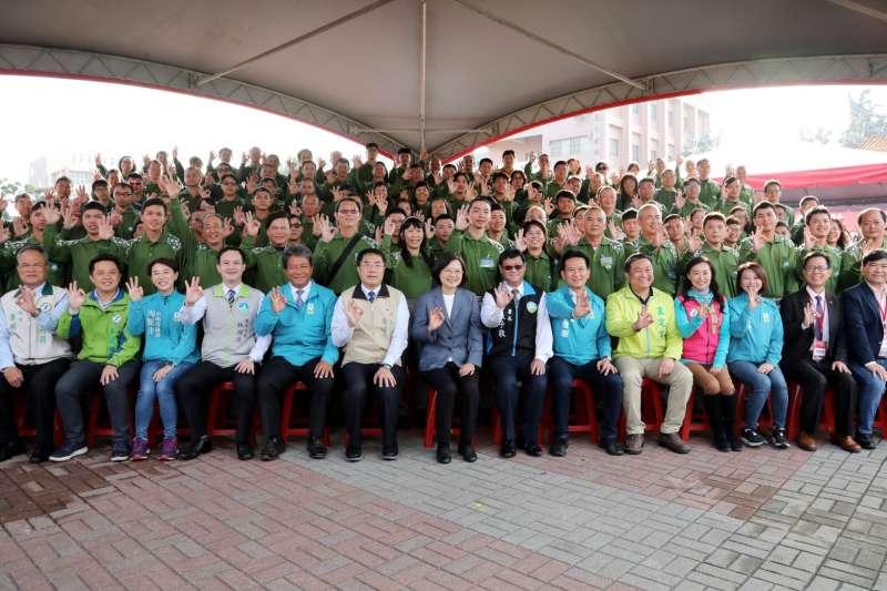 蔡英文總統出席頒贈工作服裝給黃偉哲市長之儀式,並肯定全國所有清潔隊員對於環保推動的工作。(圖/環保署提供)