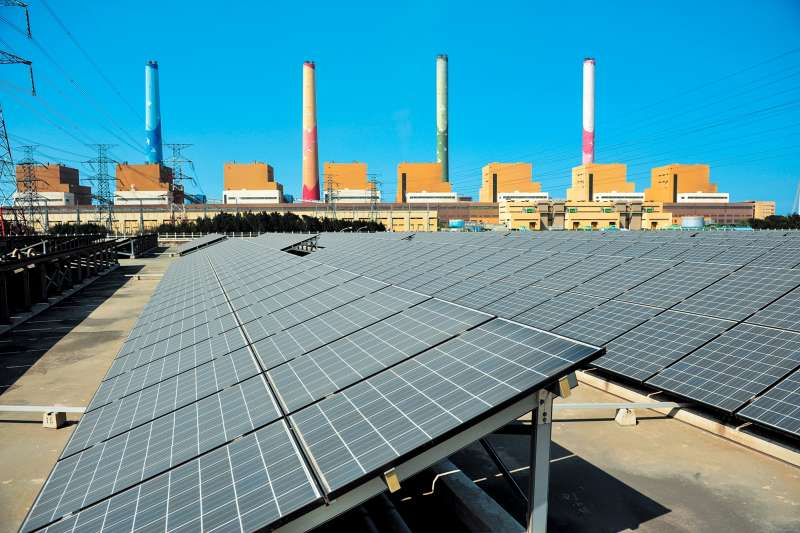 台中電廠已透過改善空污防制設施,大幅減排有成,今年排放預計將較101年減少近一半,未來環保改善工程完成,排放會持續降低。(圖/台電提供)