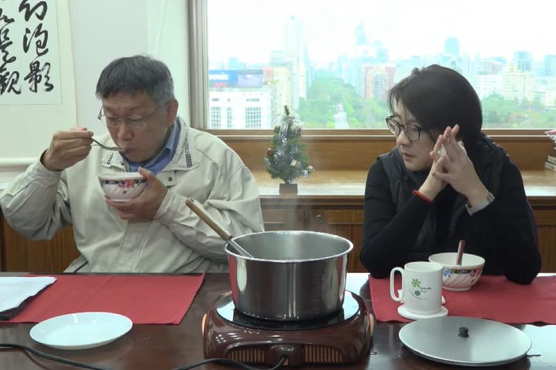 台北市長柯文哲(左)和台北市副市長黃珊珊(右)開直播共進午餐,煮湯圓,並討論台北市長接班人應該具備的條件。(截圖自柯文哲直播)
